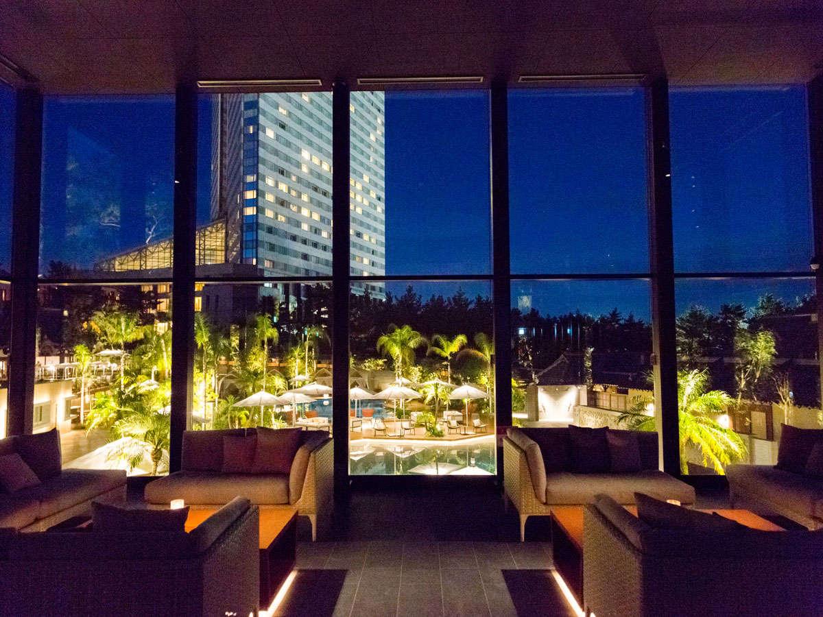「KUROBAR」から見たホテルやガーデンプールの景色が見えます。