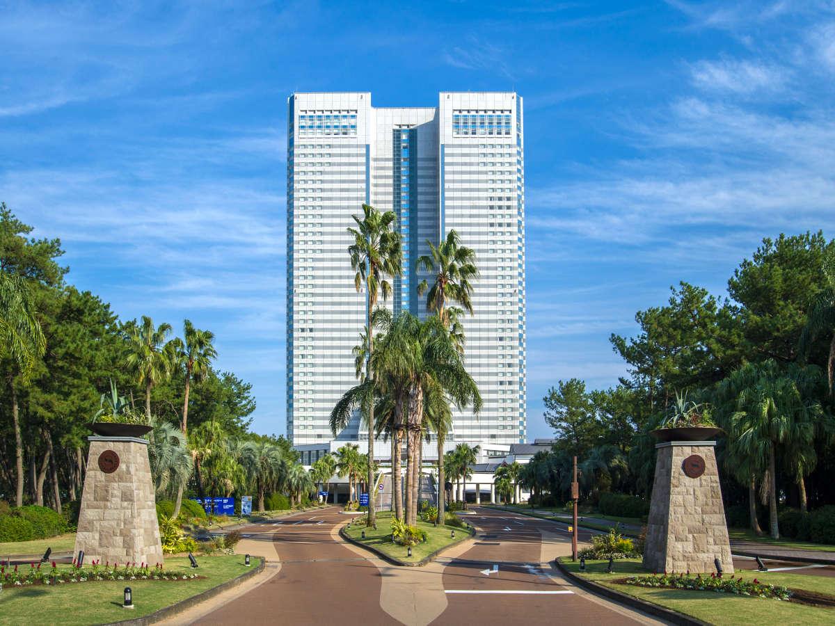 ホテル正面玄関に、南国リゾートを感じさせるモニュメント、植物や花たちに彩られた「楽園へのアプローチ」