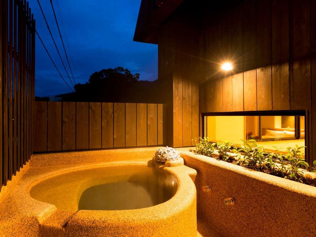 【露天風呂付き和洋室~菖蒲~】源泉掛け流しの露天風呂。美肌の湯をごゆっくり堪能下さい。
