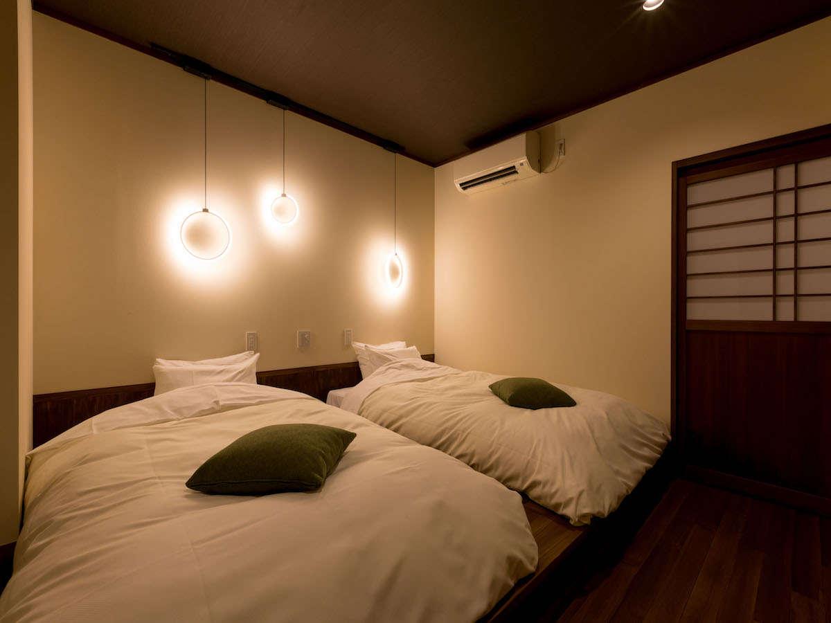 温泉内風呂付き和洋室「菊」:シモンズ製セミダブルベッドが2台。