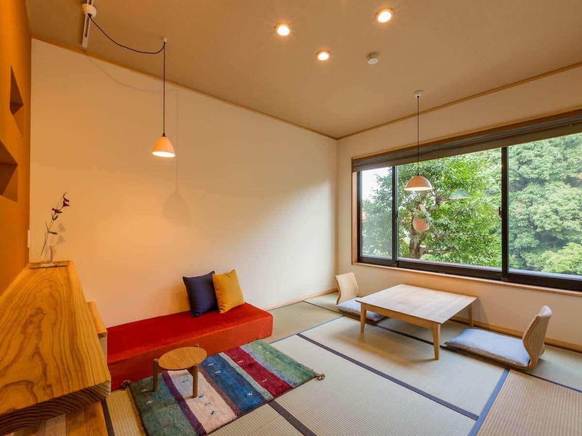 半露天風呂付き和洋室「水仙」:窓の外には嬉野川と木立があり心地よい空間を演出。