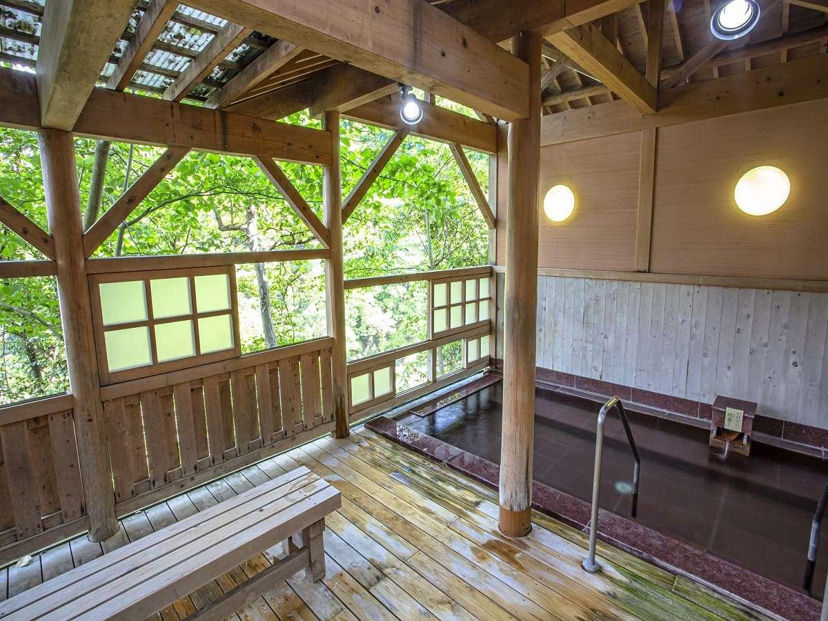 石露天風呂(露天風呂からの新緑や紅葉、雪景色が人気です)