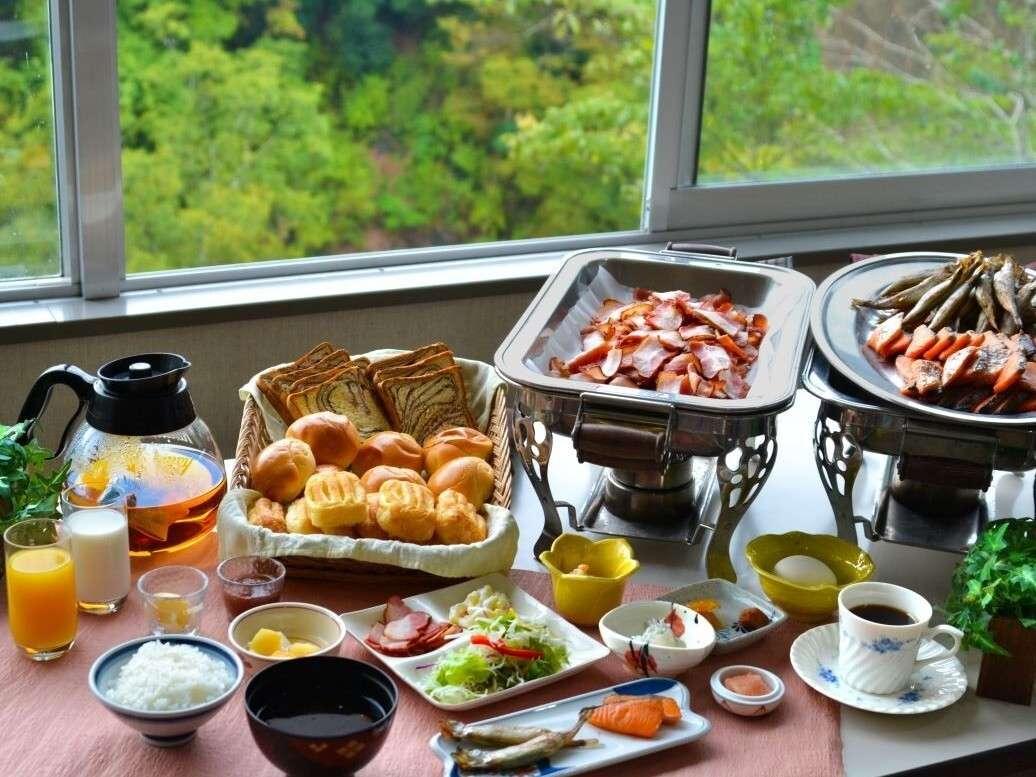 山々を眺める食事会場で爽やかな朝食ミニブッフェ