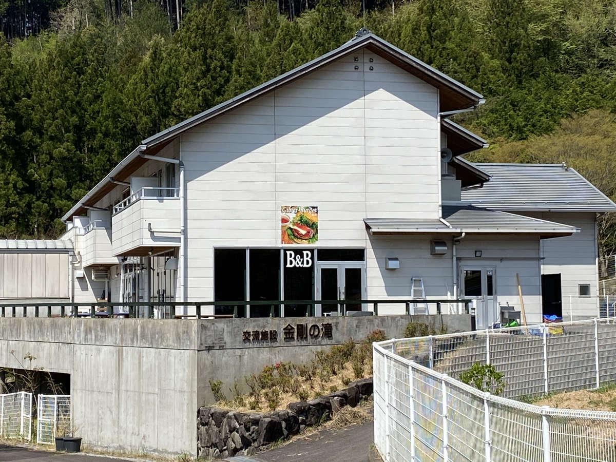 建物は丈夫な鉄筋2階建ての建物です。敷地内に駐車場・わんぱく公園・バーベキューサイトがございます。