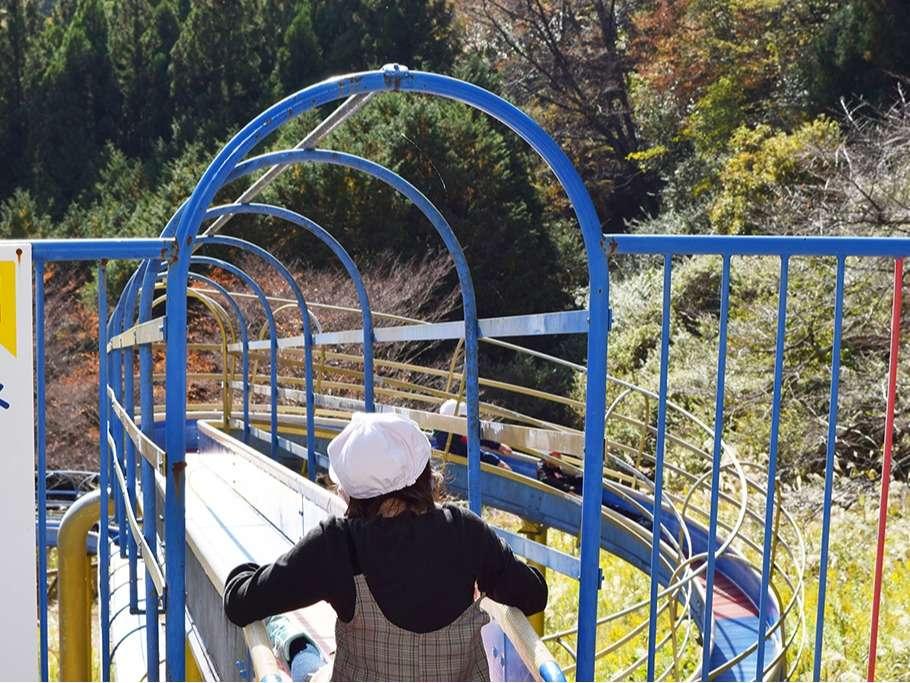 施設内にわんぱく公園があり、那智の滝よりも長い滑り台があります。