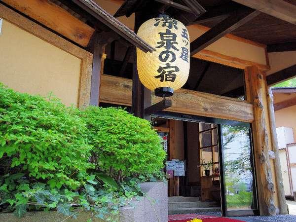 本館の入口。西那須野塩原インターより車約5分の好立地。レジャーアクセス◎降雪が少ない地域の一軒宿