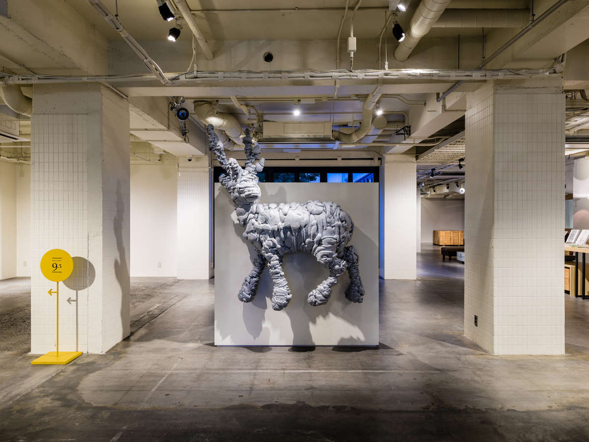 エントランスにはアンテルームのシンボル的存在の名和晃平氏の作品『Swell-Deer』
