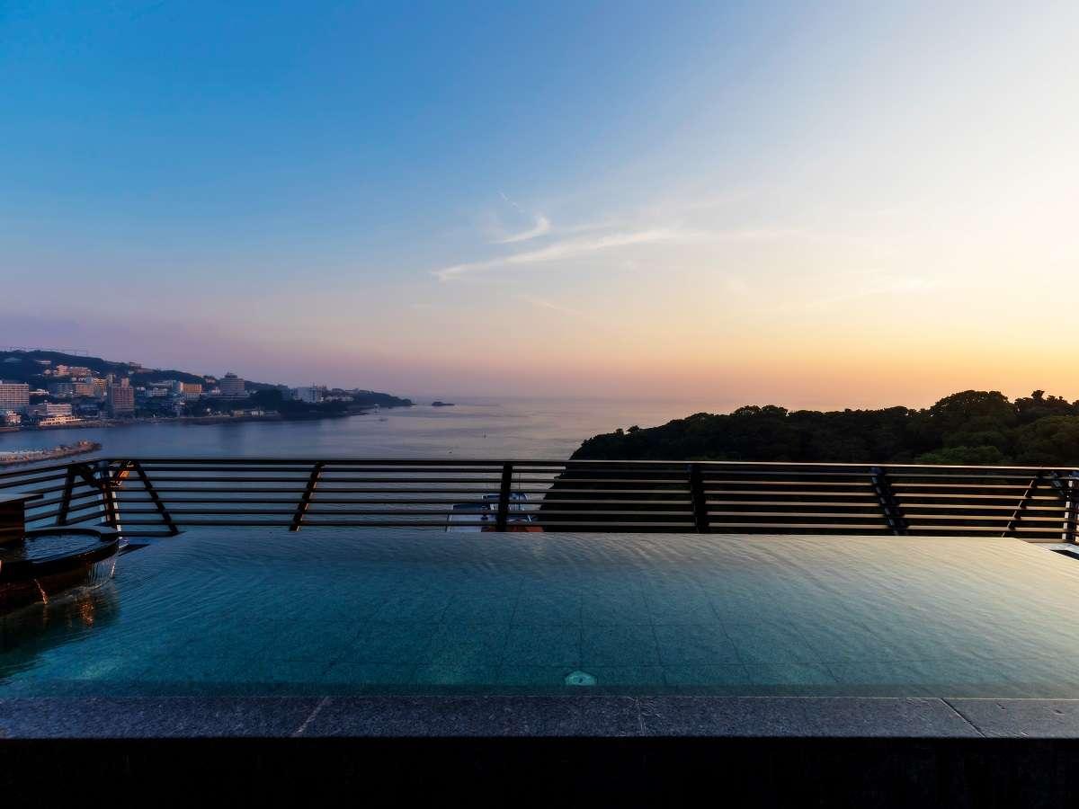 客室和邸ご宿泊者様専用露天風呂「天空」:屋上に白良浜or円月島の絶景を望める展望風呂がございます。