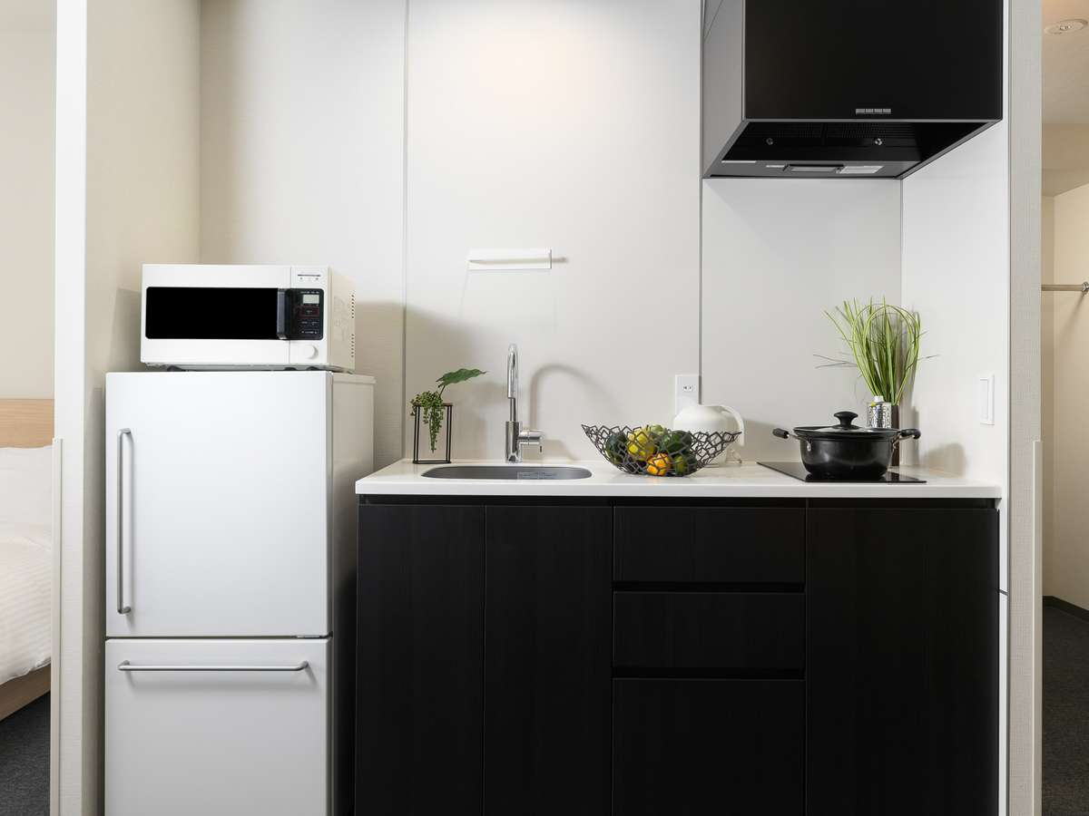 キッチン付き。電子レンジ・冷蔵庫も◎。カトラリーなども充実。
