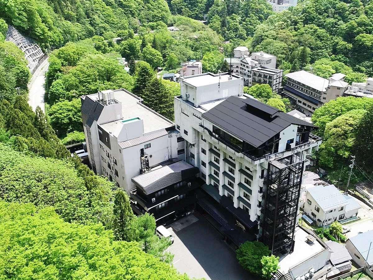 【くつろぎ宿 千代滝】温泉街の高台に位置し、最上階には会津市街を見渡す展望露天風呂があります。