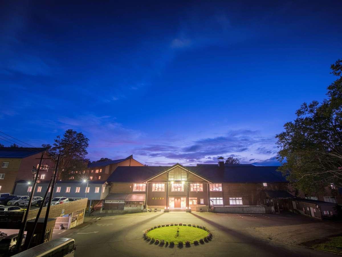 夏の夜、新玉川温泉外観