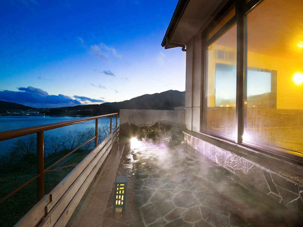 【大浴場-露天風呂-】朝、昼、夕と違った表情を見せる大平洋。あたたかな湯に包まれながら、ゆっくりと♪