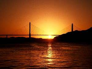 沈む夕日はまさに絶景です。携帯電話のカメラで撮影されるお客様も多くいらっしゃいます