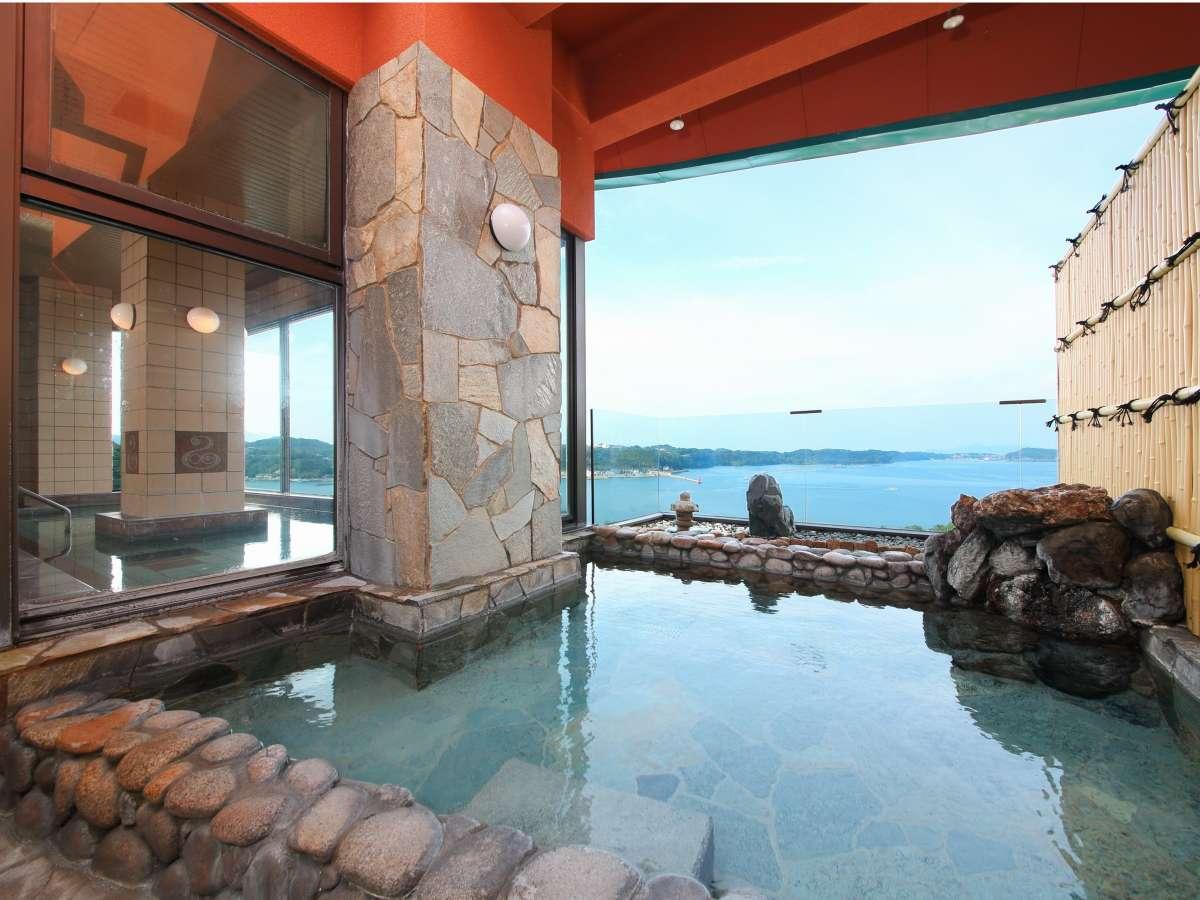 お風呂からの景色は夜と朝で変わった風景が眺められます。