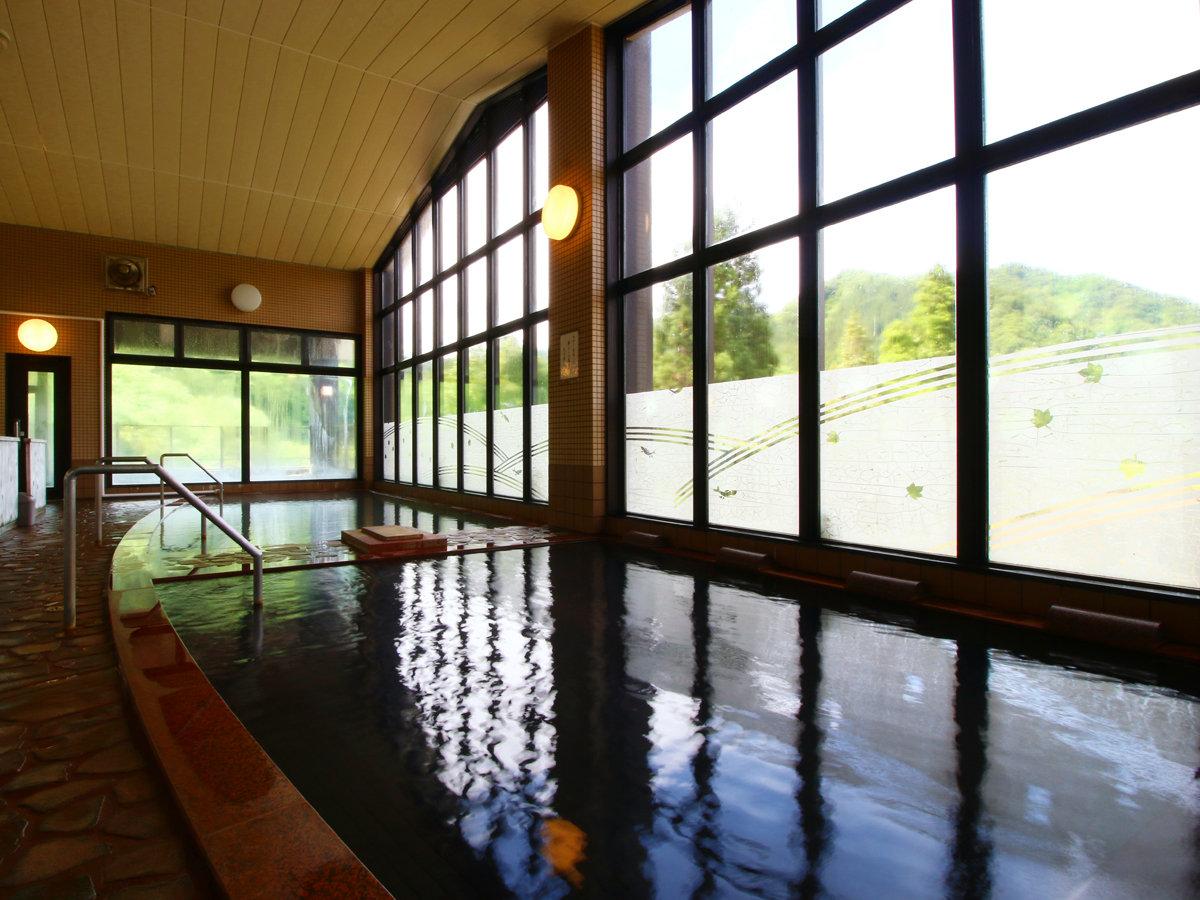 【温泉・内湯】大きな窓と広々お風呂でのんびりとかけ流しの天然温泉をお楽しみください。