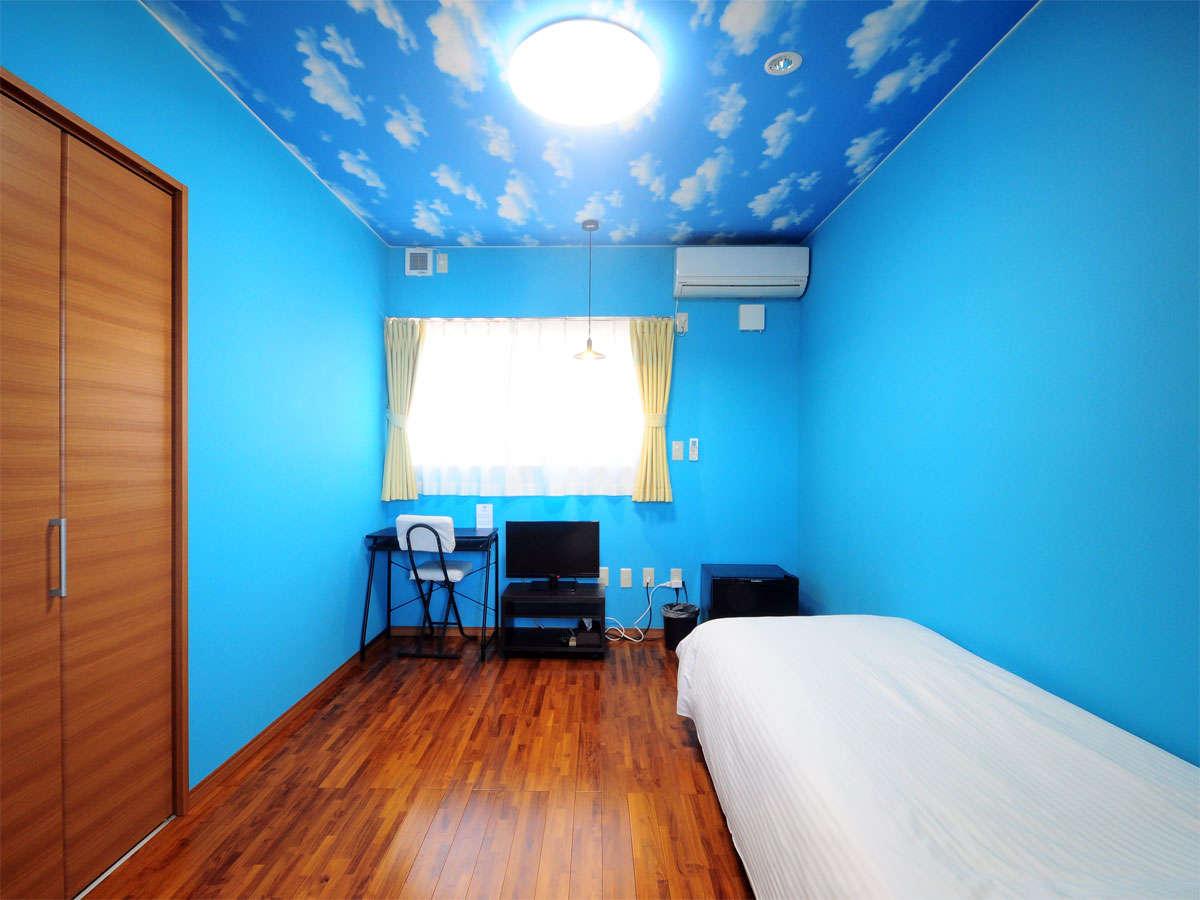 【ヴィラシングルルーム2F】ベッド、クローゼットの他、机やテレビ、空調なども整っております