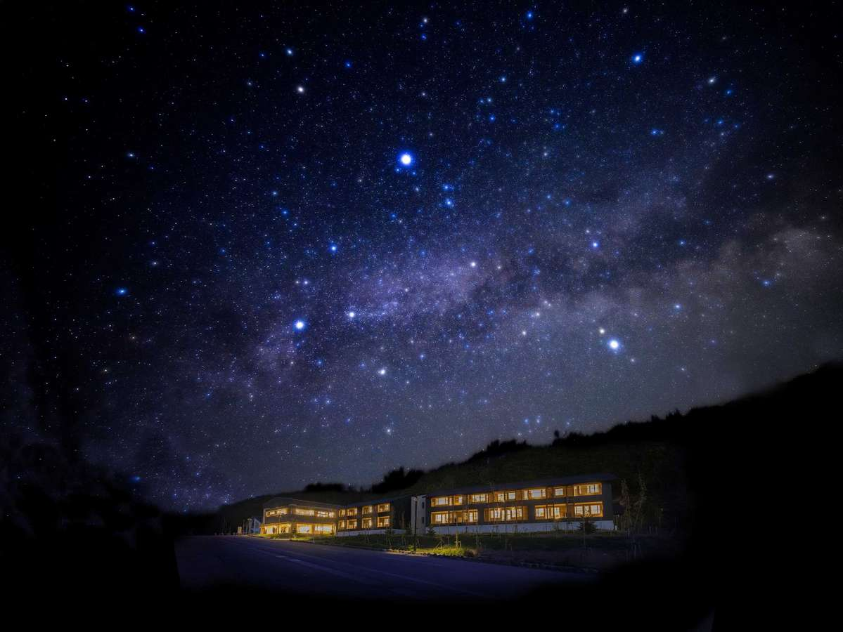 星の郷ホテル 外観と星空