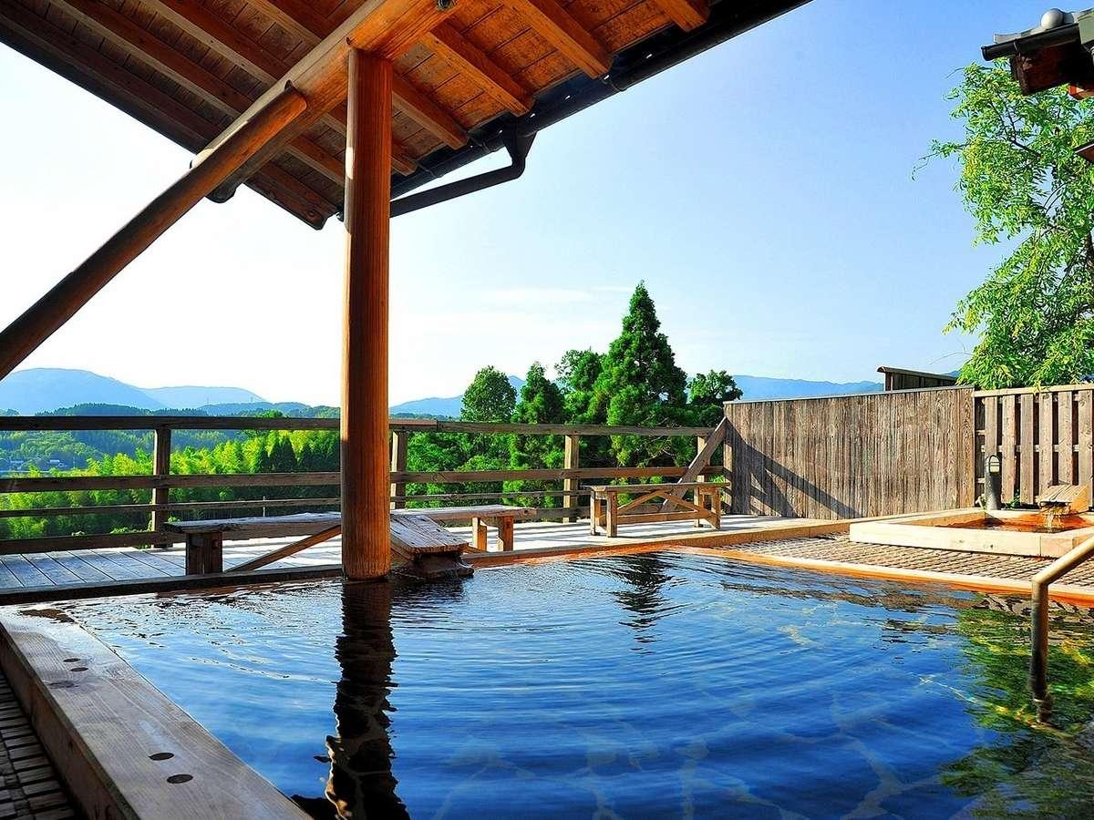里山の絶景が広がる露天風呂