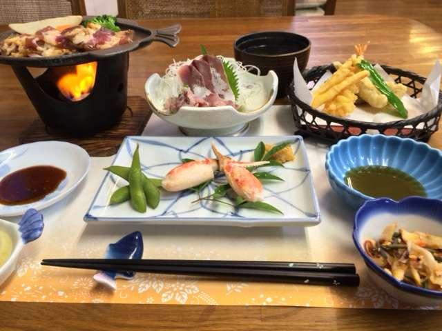 新鮮なお刺身に、コンロで焼く焼き肉、天ぷら、ポン酢をつけてお召し上がりなるカニなど、温かい料理です♪