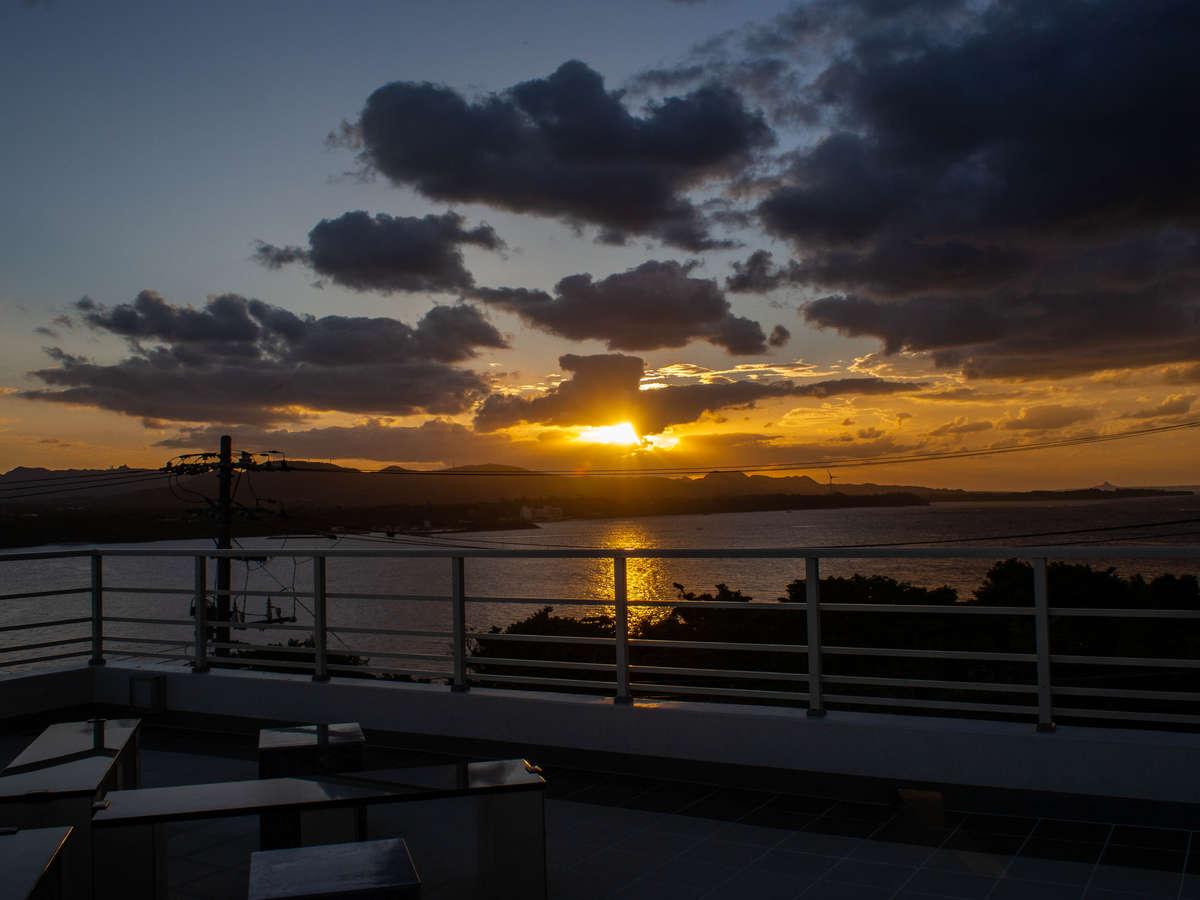 3階サンセットテラスから眺める夕日