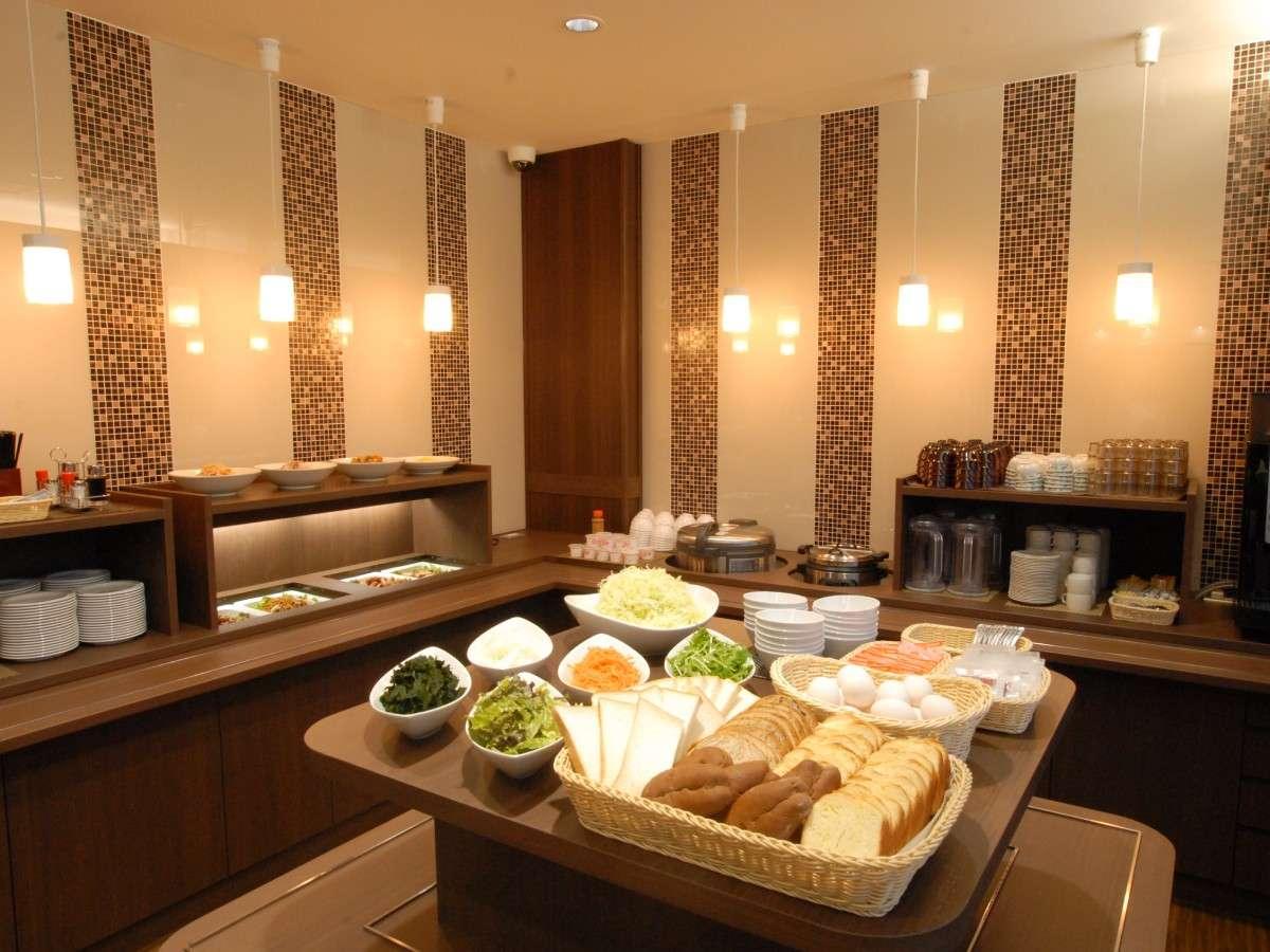 [食事カウンター]人気の和洋バイキング無料朝食♪毎日日替わりでご用意致しております。
