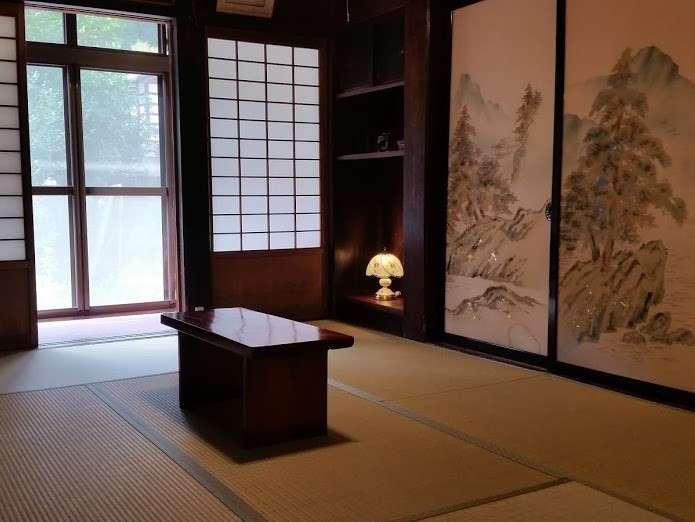 「奥の出」1階6畳客室。合掌造りの雰囲気が一番味わえるお部屋です。300年前の造りをそのままに