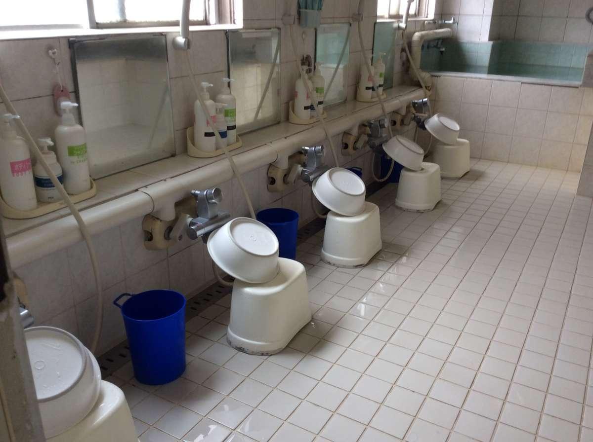 シャワー5席リンスインシャンプー、ボディソープ、シェービングフォーム