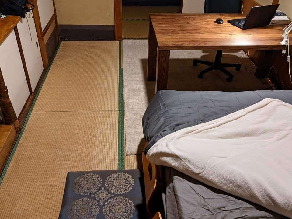 旅先の書斎。ベッドは固すぎず柔らかすぎず、よく眠れます。
