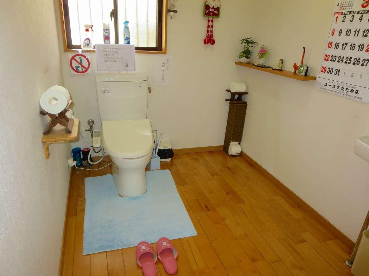 明るい,広々としたトイレ