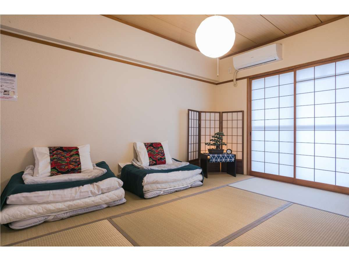 和室にお布団をひいてお休み頂けます。