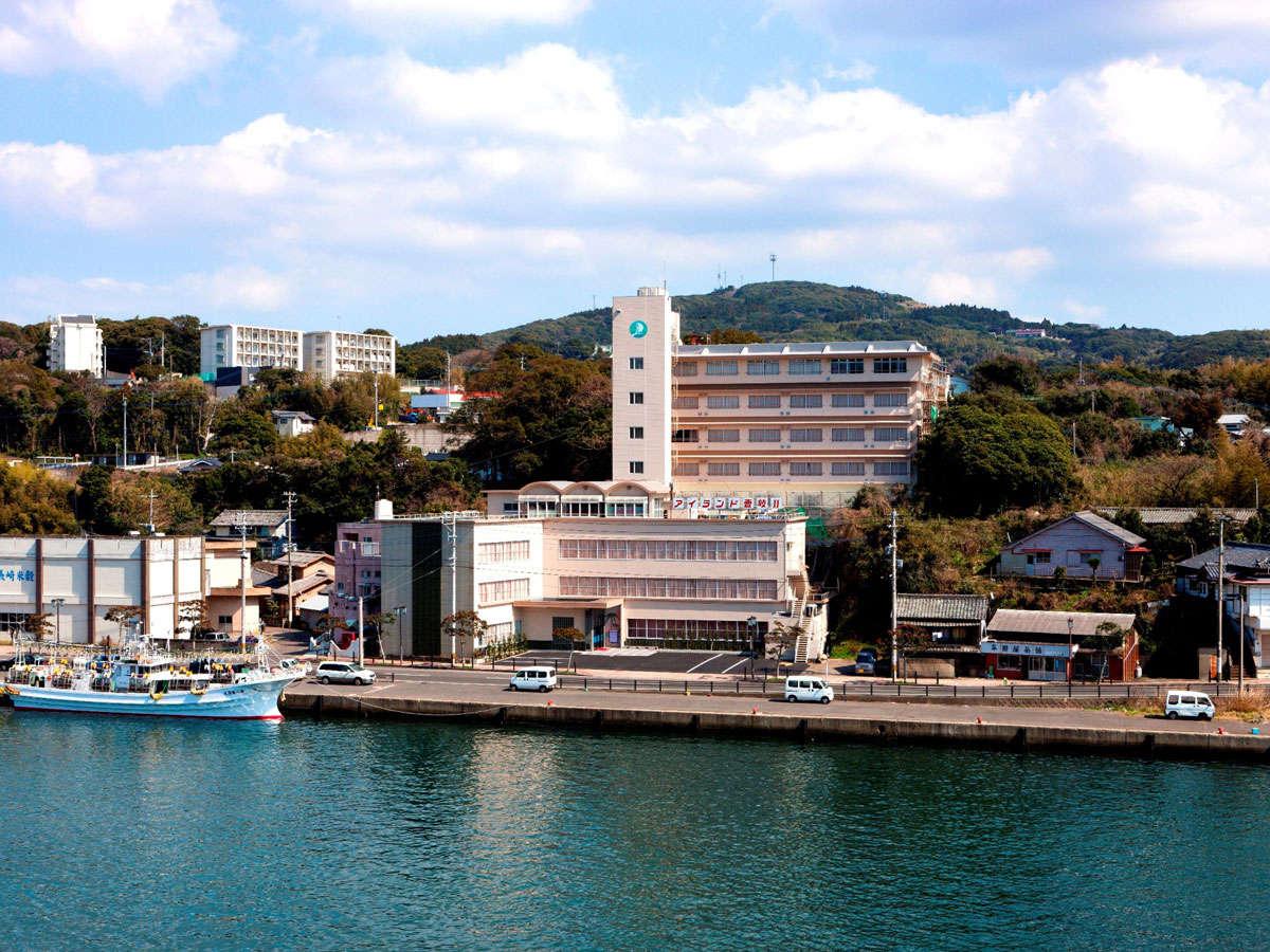 *郷ノ浦港より徒歩13分。郷ノ浦港を見渡す和風ホテルです