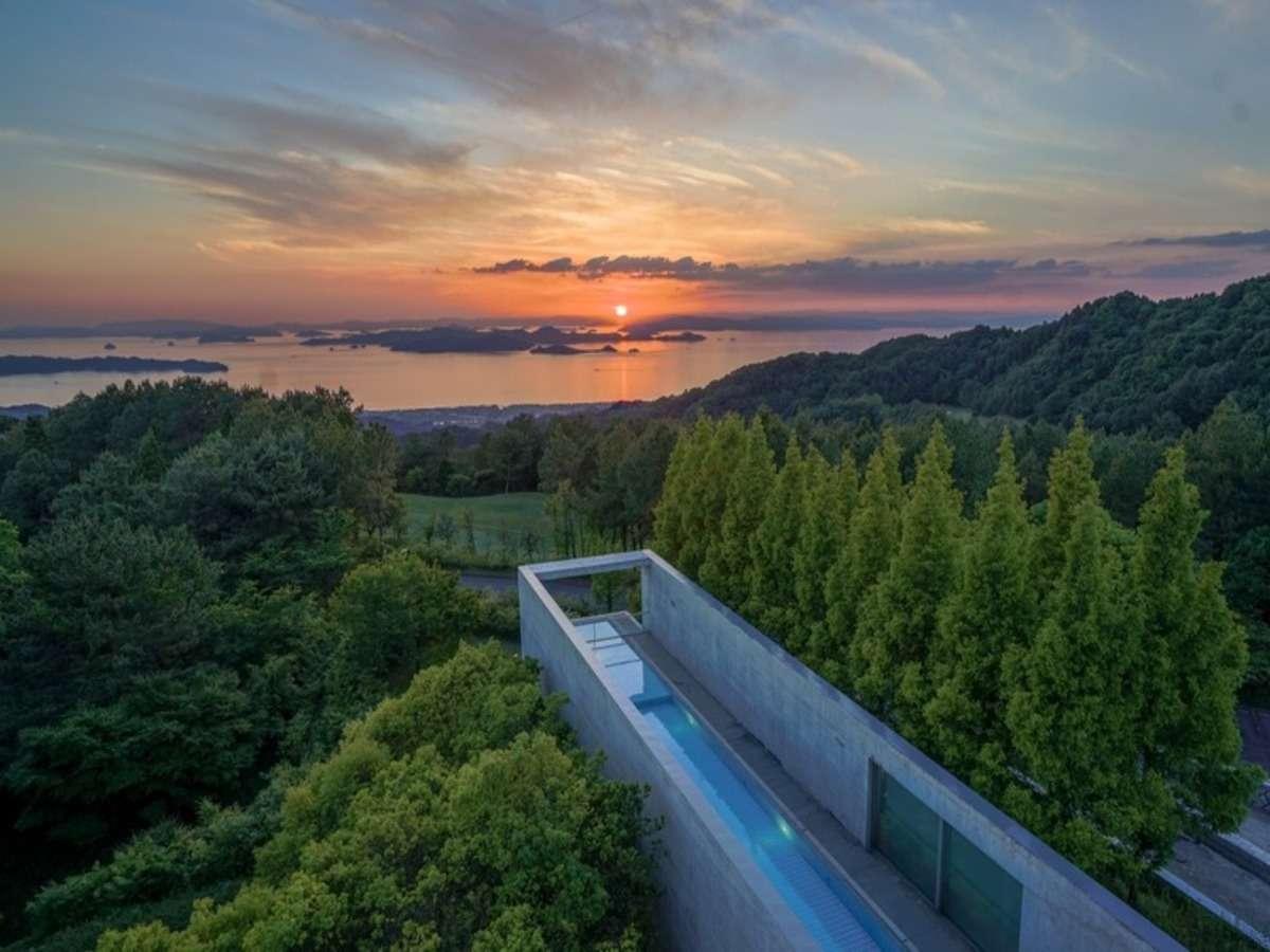 瀬戸内海と大小無数の島々を見渡す幻想的な眺望