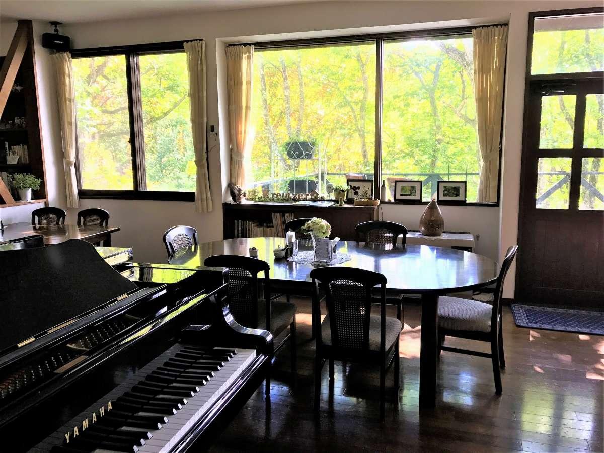 四季を感じるダイニングにはグランドピアノがあります。ご自由にご利用下さい。