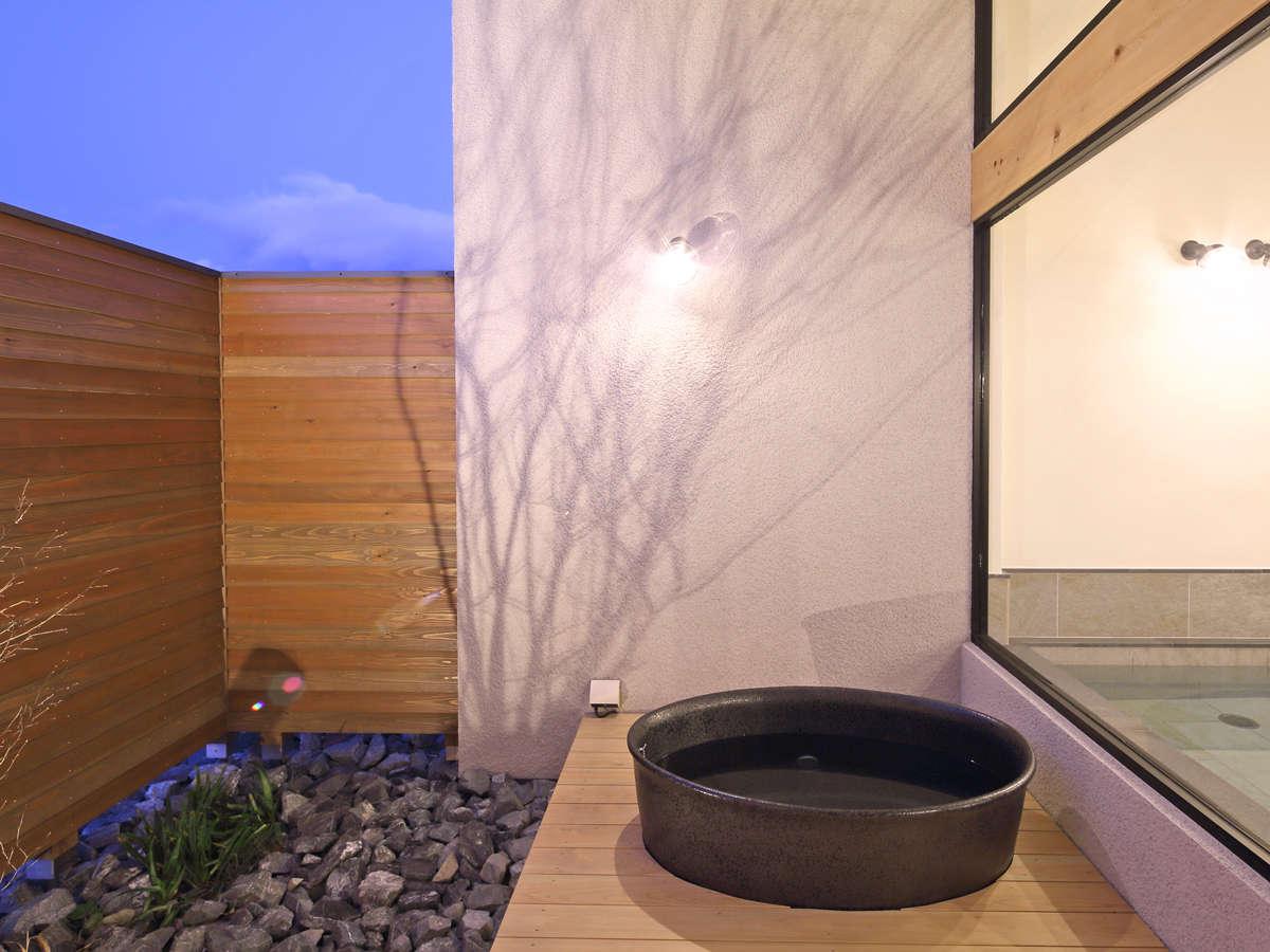 めぐみの湯の【壺湯】。オーストラリアの薬石を使った信楽焼き。低放射線・線赤外線効果でポカポカ。