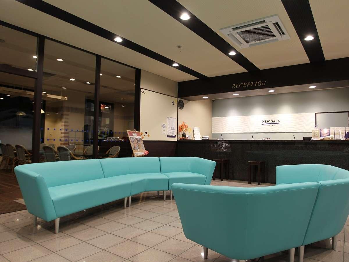 洗練されたシンプルなロビー。リゾートを感じさせる鮮やかな色のソファーです。