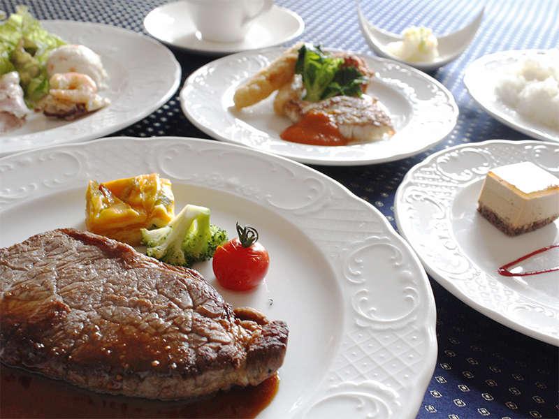 夕食はステーキがメインのハーフブッフェスタイル。連泊の場合は、メインが変更となります