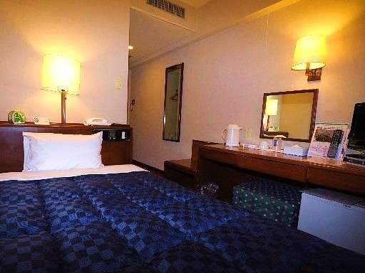 【シングルルーム】広さ12㎡のお部屋でセミダブルベッド(120㎝幅)を使用しております。
