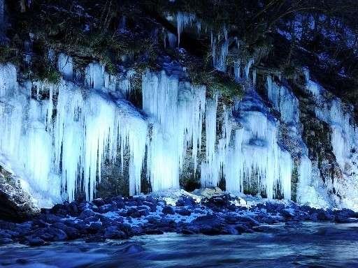 【三十槌の氷柱】自然の美をお楽しみください!車で約40分。