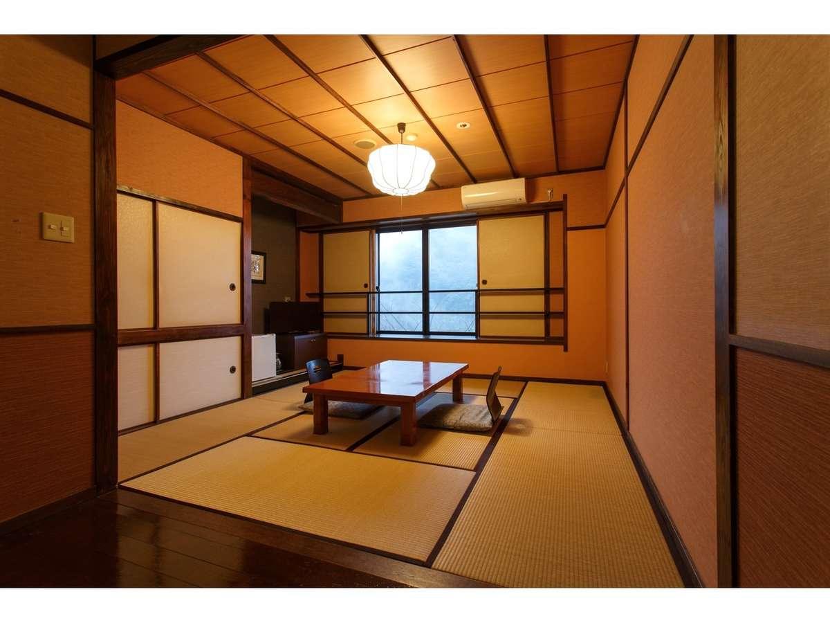 【客室】部屋食も可能な、民芸調の雰囲気を持つ佇まいの和室10畳