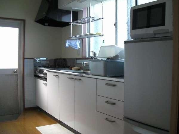 コテージ内 キッチン(冷蔵庫・電子レンジ・炊飯器・電機ケトル・調理器具完備)