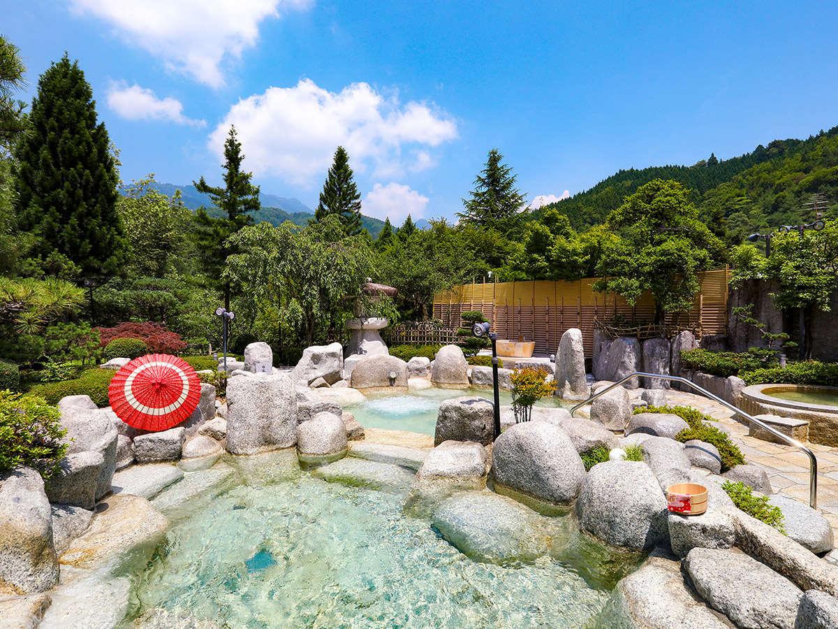 庭園露天風呂で、空を仰いでごゆっくりお寛ぎいただけます。