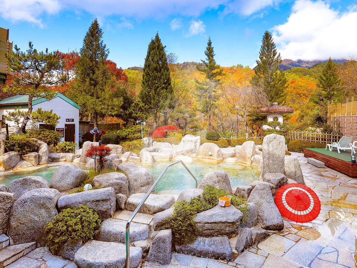 秋の景色に身をゆだねる、自慢の庭園露天風呂
