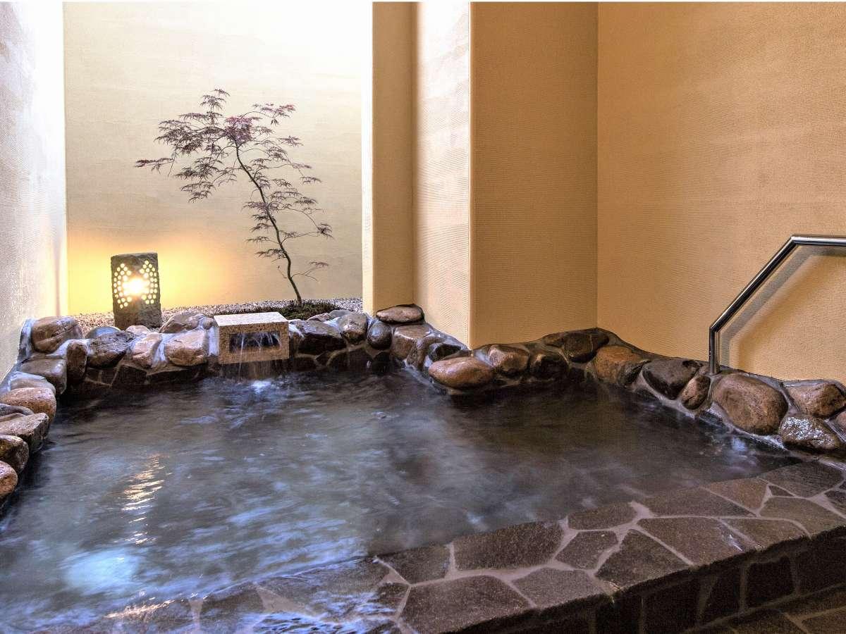 半露天風呂(男性用)2~3名でご利用いただける広さです。