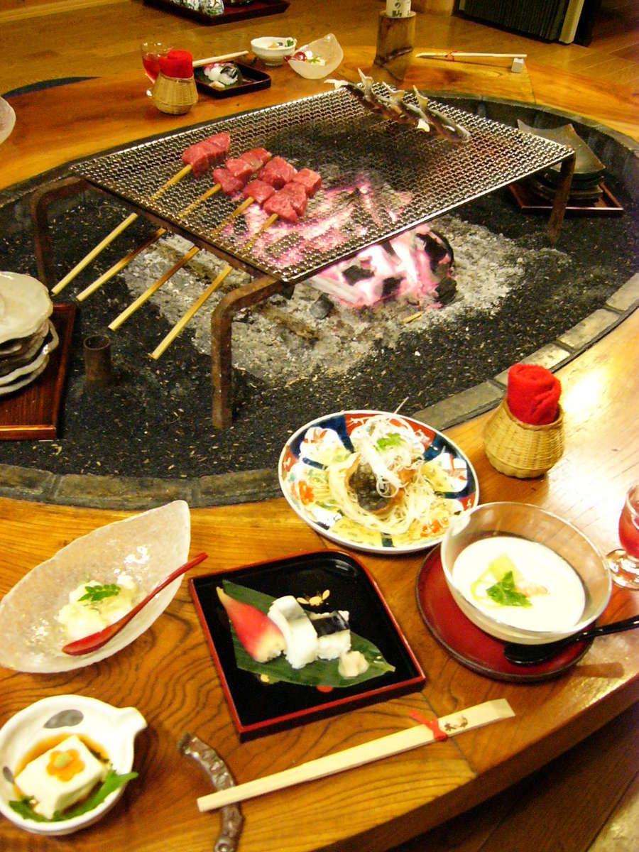 囲炉裏での夕食 いろり会席