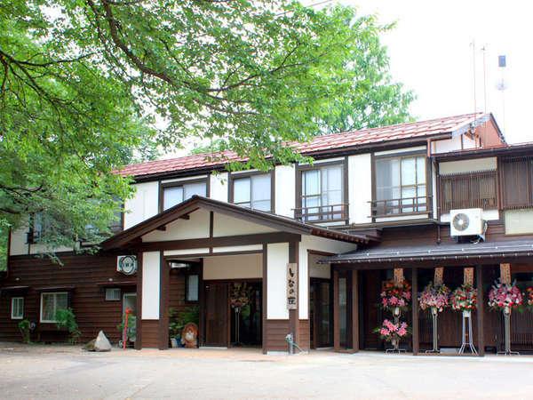 信濃川の河畔に静かに佇む当館。真心込めたおもてなしでお迎え致します。