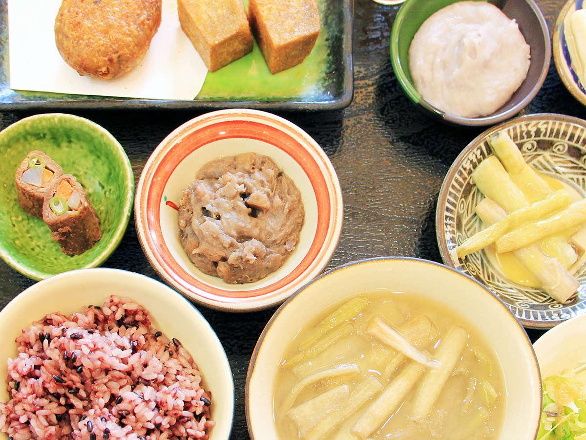 1階はレストラン長楽です。金武町名産の田芋(ターム)をふんだんに使った田芋膳が人気(別途有料)