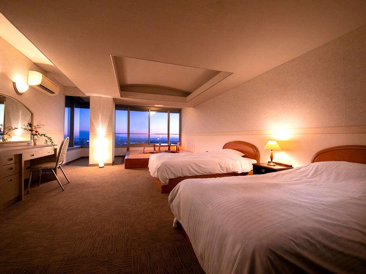 ■和洋室■コーナーツインタイプの和洋室。大きな窓から有明海に沈む夕日を眺められます