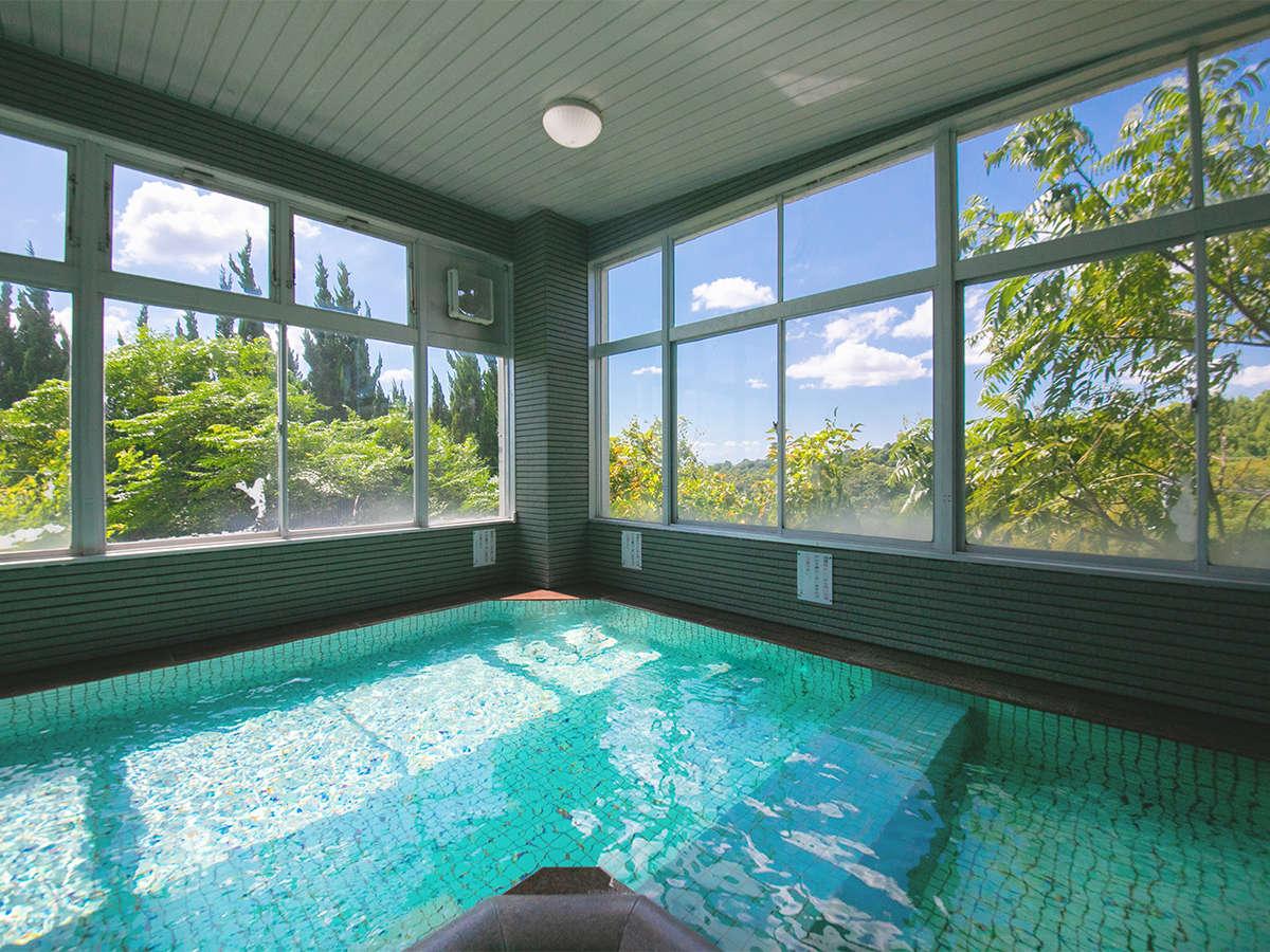 ■大浴場■窓から飛び込む日差しが爽やかな、天然温泉の大浴場。ゆったりと足を伸ばしてお楽しみください
