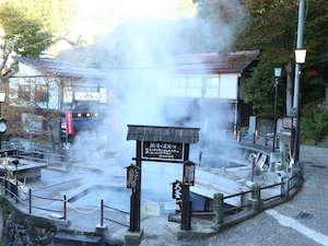 野沢温泉の源泉、100度近い熱湯が湯煙りをあげています。