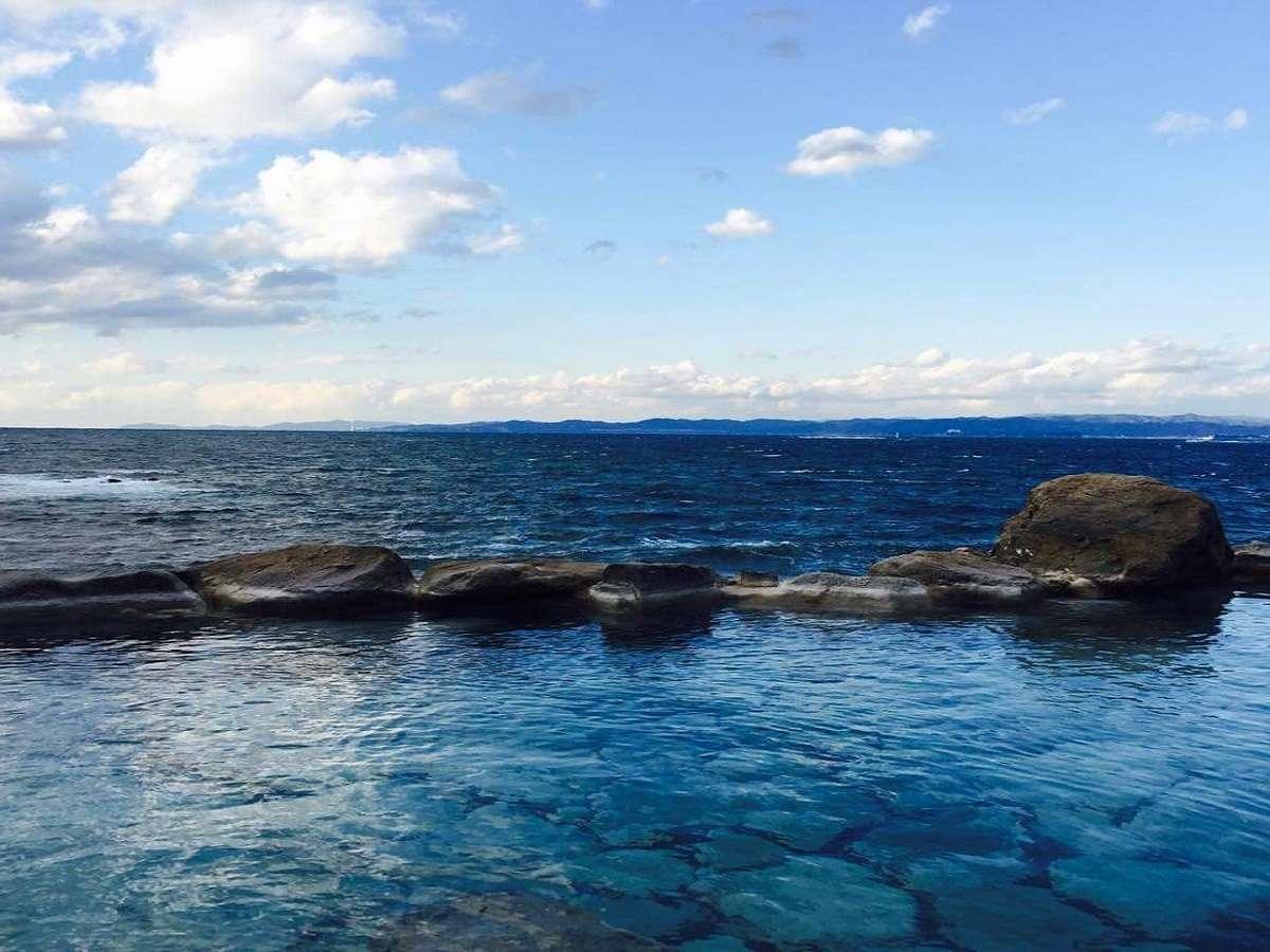 【混浴露天風呂】当館の中で一番海を近くに感じて頂ける場所が混浴露天風呂です。